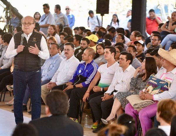 el gobernador Graco Ramírez afirmó que tomó la decisión de apostarle a la educación para sacar adelante a Morelos, ante el grave deterioro en que se encontraba, que llevó a miles de jóvenes no poder continuar con sus estudios