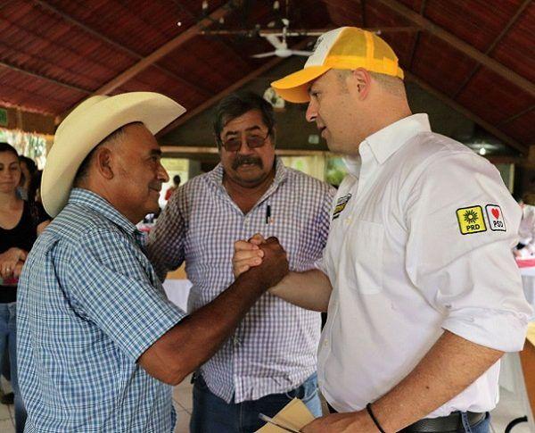 Durante una reunión con líderes ejidatarios y productores de municipios ubicados en el sur de Morelos, el candidato del PRD anunció que como gobernador va a acabar con las injusticias de las que han sido objeto, como los casos en los que sus representantes no les dan los apoyos al 100 por ciento y desaparecen en el camino