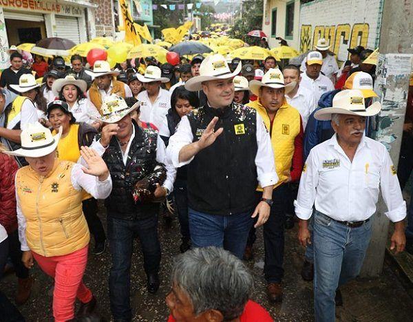 El candidato realizó un recorrido en las calles de la comunidad de Achichipico, donde fue recibido por miles de morelenses de diversos municipios