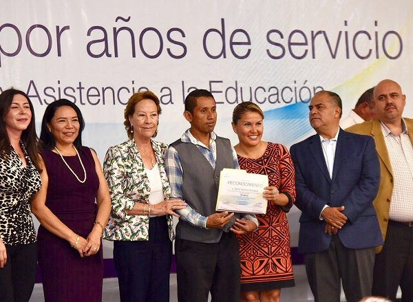 A nombre del gobernador Graco Ramírez, la secretaria de Educación, Beatriz Ramírez Velázquez, agradeció a trabajadores y maestros el esfuerzo hecho en este sexenio para cambiar la vida de niñas, niños y jóvenes, además de transformar la imagen de Morelos con mejores logros educativos