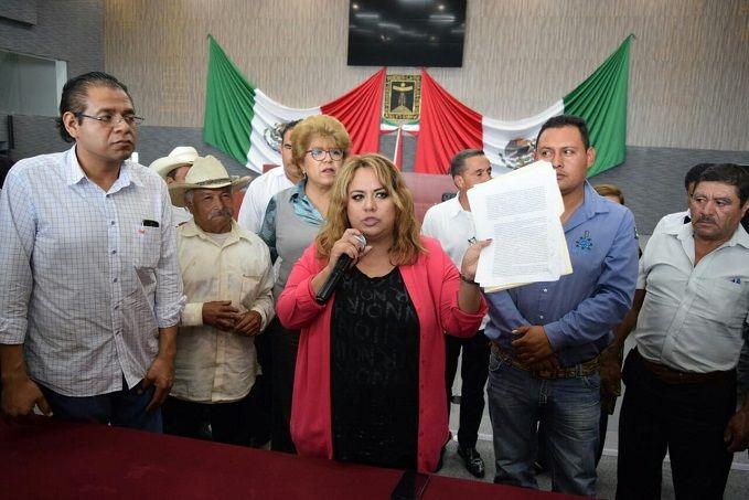 Inconformes con la decisión que tomaron algunos legisladores, encabezados por Tanía Valentina Rodríguez Ruiz, del Partido de Trabajo, de modificar el decreto 2852 para elegir un nuevo Concejo para el nuevo municipio indígena de Hueyapan, los pobladores demandaron ser escuchados y sea respetada la decisión de la comunidad