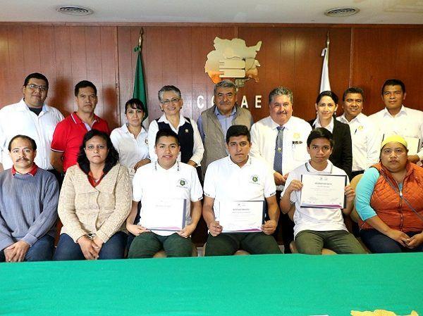 En el segundo lugar se ubicó Jaime Jaimes Díaz, del Plantel 03 Oacalco, y el tercero lugar, Eduardo Uribe López, del Plantel 02 Jiutepec, informó el director general, Víctor Reymundo Nájera Medina