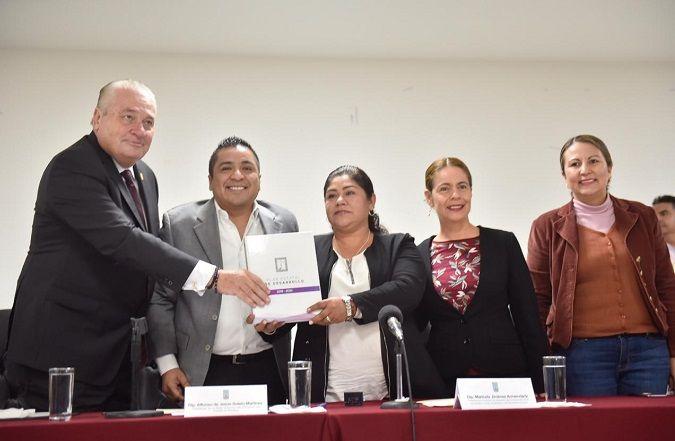 José Manuel Sanz Rivera, jefe de la Oficina de la Gubernatura, encabezó la comisión del Ejecutivo estatal que entregó el documento al presidente de la Mesa Directiva del Poder Legislativo, diputado Alfonso Sotelo Martínez