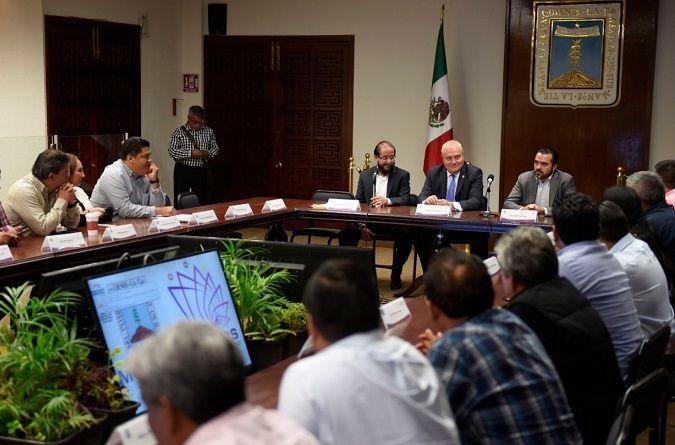 """Encabezaron la reunión """"informativa"""", Hugo Eric Flores Cervantes, delegado federal para los Programas de Bienestar Social en Morelos, y José Manuel Sanz Rivera, jefe de la Gubernatura"""