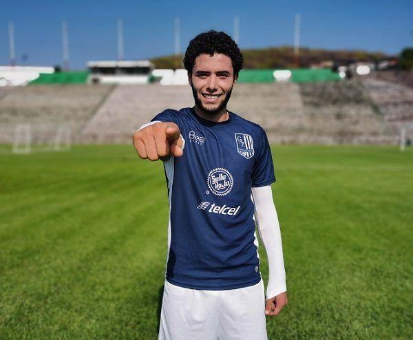 Feliz por su renovación de contrato, por quedarse otro semestre con el Zacatepec, el joven futbolista de cabello chino y barba abundante que ya está con el equipo en pretemporada, confía en que el éxito vendrá luego del esfuerzo y el trabajo duro. Nada es gratis, lo sabe y actúa