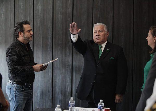 Tras realizarse la votación, el alcalde de Cuernavaca Antonio Villalobos Adán, tomó protesta a Mauricio Vega Chavaje, al mismo tiempo que lo instruyó a continuar con la labor que realiza el sistema, para otorgar a la ciudadanía un mejor servicio, priorizando en todo momento la atención de calidad y calidez