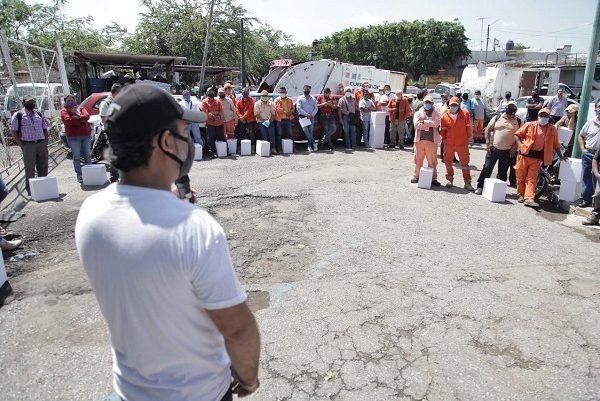 En la base operativa Boulevard Cuauhnáhuac, colonia Revolución, y acompañado por Efraín Esaú Mondragón Corrales, Secretario de Desarrollo Sustentable y Servicios Públicos (SDSySP), Toño Villalobos entregó de 88 paquetes alimentarios a los trabajadores