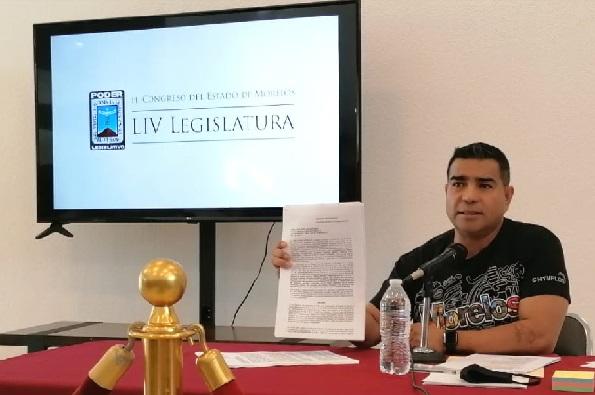Señaló que uno de los motivos de la denuncia es la falta de residencia de la servidora pública para ocupar el cargo como lo exige la Constitución de Morelos, ya que solo está llego a residir en Morelos a partir del 2018