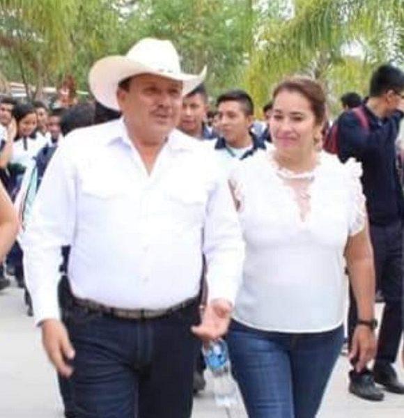 """Sánchez Espinoza y su esposa, Rosa Isela Acevedo Vargas, presidenta del DIF, concedieron entrevista al suscrito, anterior viernes 2 del mes en curso, al llegar al """"Parque Recreativo Corazón de Niño"""", donde participaron en actos de su agenda"""