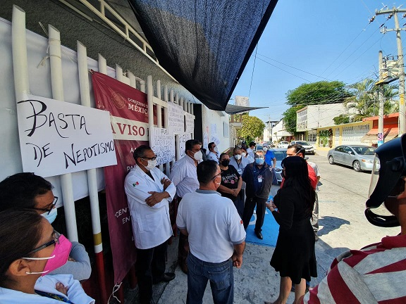 Acompañada del secretario general de la Sección 22 del SNTISSSTE, Miguel Ángel Bonilla, y del delegado especial del mismo sindicato Fabricio Romero, la representante escuchó uno a uno los planteamientos de los trabajadores