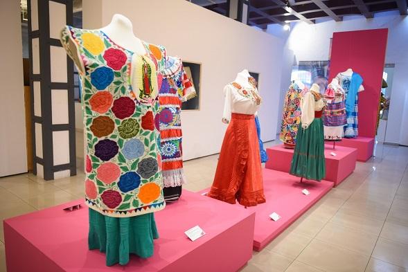 La exhibición se compone de 73 indumentarias tradicionales elaboradas con un proceso textil cien por ciento artesanal y muestran una de las imágenes más emblemáticas e icónicas para muchos mexicanos, la Virgen del Tepeyac