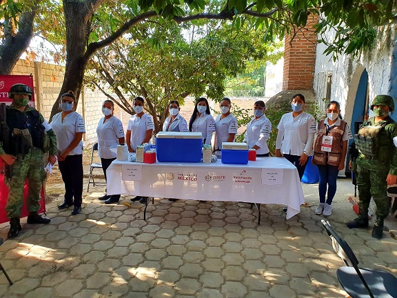 Fue a las 9:30 horas de este día cuando se vacunó a la primera persona en las instalaciones de la Casa del Jubilado, que es un lugar amplio y con las condiciones ambientales adecuadas, que está ubicada junto a la Unidad de Medicina Familiar del ISSSTE.