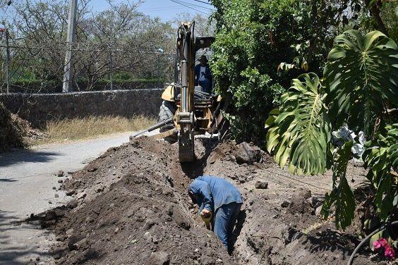 Este lunes iniciaron los trabajos de ampliación de 900 metros lineales de la red de agua potable en la calle Bellavista de la colonia Pinos JIUTEPEC, centro de población ubicado en la cabecera del municipio, con lo cual el organismo operador de agua beneficiará a 30 familias