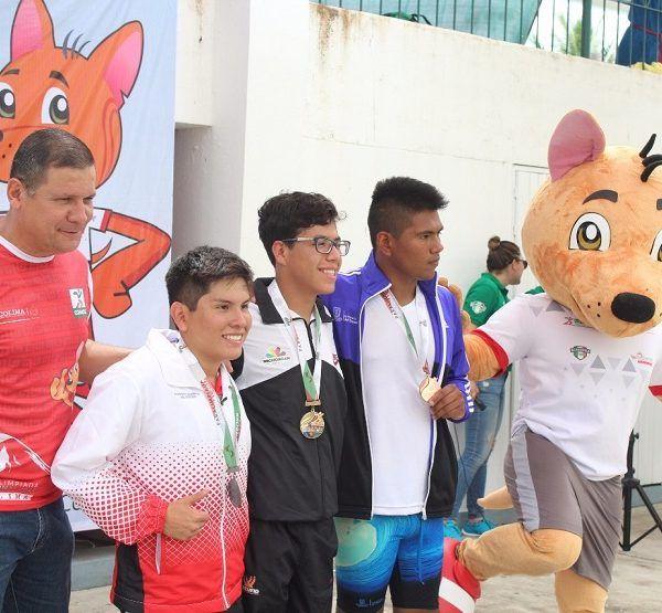 en la piscina de Colima donde al cierre de su actuación consigue una medalla de oro