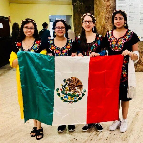 Violeta está adscrita a la Preparatoria Diurna de la Universidad Autónoma del Estado de Morelos (UAEM) en Cuautla y es miembro de la delegación nacional que posicionó a México en el séptimo lugar mundial en este certamen, la segunda mejor posición en la historia para un equipo femenil mexicano