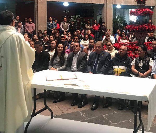 El mandatario explicó que acudió como invitado a este evento religioso, que fue organizado por trabajadores de la Dirección de Servicios Generales; y resaltó que desde era niño los más bonito era celebrar a la Virgen de Guadalupe, por ello con mucho gusto abrieron las puertas para la celebración de la misa. Todos los presentes son católicos, apuntó