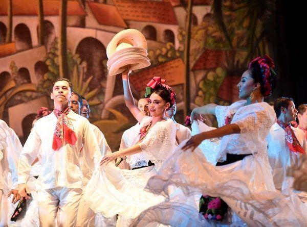 El telón se abrió en la tercera llamada, entre aplausos de hombres y mujeres que acudieron a disfrutar del espectáculo de primer nivel