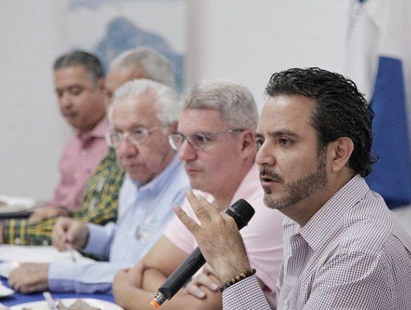 """Al sostener una reunión de trabajo con los integrantes d el Consejo Directivo de la Canaco Cuernavaca, encabezados por Antonio Sánchez Purón, el presidnente municipal fue muy claro: """"Lo que hagamos es por Morelos, no solo por Cuernavaca"""""""