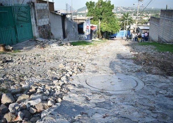 Reunido con vecinos, el alcalde Rafael Reyes Reyes reiteró el compromiso de su administración de ofrecer servicios municipales de calidad, priorizando proporcionarlos en aquella zonas que presentan un rezago histórico, como era el caso del drenaje de la calle Niños Héroes, el cual tenía un atraso de 34 años
