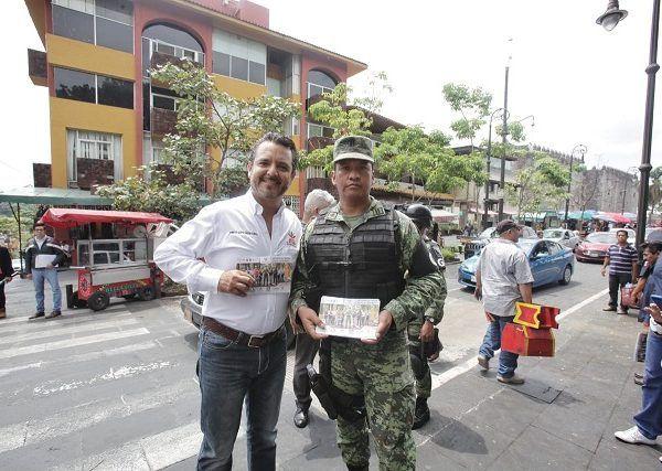 En el zócalo de Cuernavaca, Antonio Villalobos entregó volantes a turistas y automovilistas donde se informa de los números de emergencia y acciones de prevención del delito