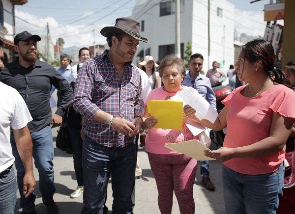 """""""El Lobito"""" llegó abordo de la """"Oficina Móvil del Presidente"""" y pie recorrió las calles y barrancas de Lomas de Ahuatlán, donde los vecinos le solicitaron la ampliación de obras de pavimentación, electrificación, drenaje y el desfogue de aguas pluviales, para evitar inundaciones en la zonas bajas"""