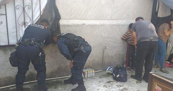 De acuerdo con los vecinos, la mujer y los niños tenían días encerrados en la casa, por lo que, a través de de la Ayudantía Municipal de la Unidad Morelos y la Obrero Popular, se solicitó al apoyo de Policía Morelos para su rescate y liberación, así como la detención de quien los mantenía cautivos, presuntamente un drogadicto