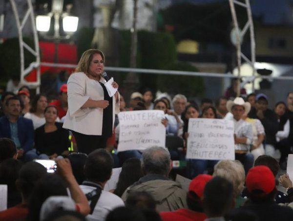 """Precisó -ante cientos de seguidores- que el compromiso de la 4T es """"no robar, no mentir y no traicionar, como lo hemos hecho de la mano de Andrés Manuel López Obrador, y desde hace 18 años en el partido"""""""