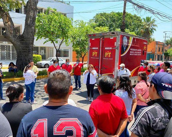 La también Comisionada Política Nacional del PT en Morelos durante un acercamiento que tuvo con las y los trabajadores que fueron despedidos injustificadamente, les ofreció el respaldo de asesoría jurídica, y los apoyo con productos de la canasta básica