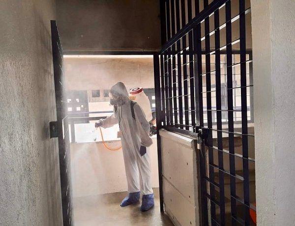 Las brigadas realizaron trabajos de desinfección en las distintas áreas como dormitorios, oficinas administrativas y operativas, pasillos y centro de visita, con el propósito de reforzar las medidas de prevención por la contingencia sanitaria